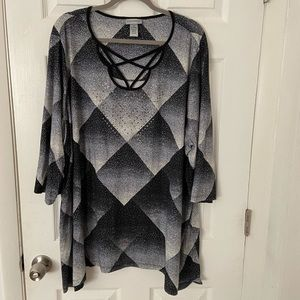 Size 26/28W tunic top, black & white patterned ✨